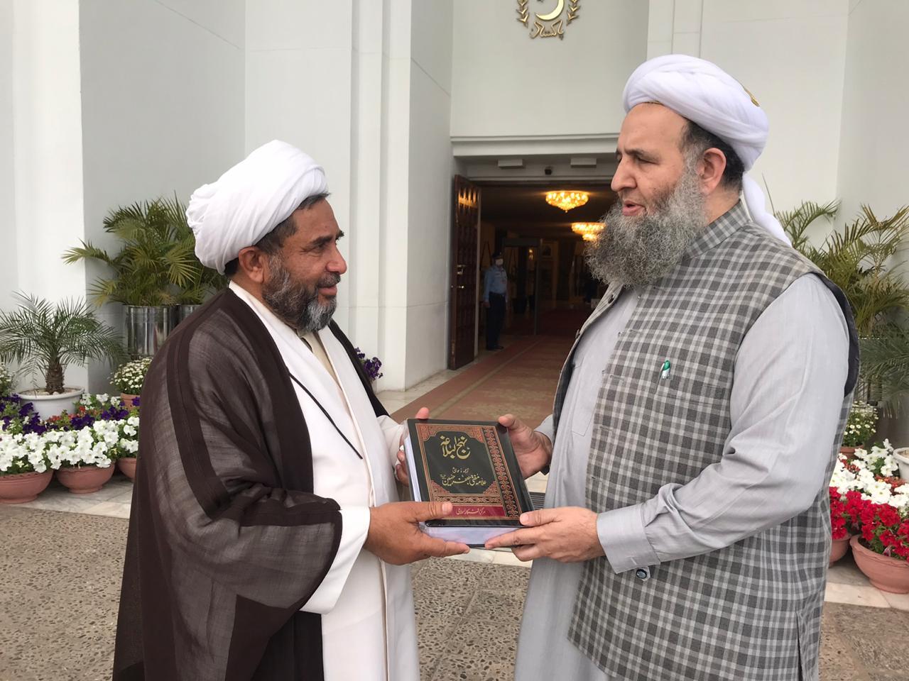 وزیر مذہبی امور جناب نور الحق قادری صاحب کو نہج البلاغہ پیش کی گئی